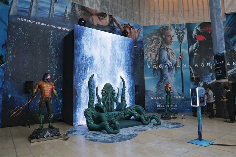 The main attraction was a 2.4- x 3.7-m (8- x 12-ft) large octopus throne, where viewers could hold the superhero's trident  and take photos. The space also featured 2.4-m (8-ft) tall statues of Aquaman and  Mera, as well as a lifelike cascading waterfall.